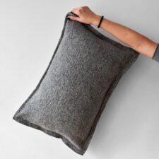 Kussen grijs langwerpig wol