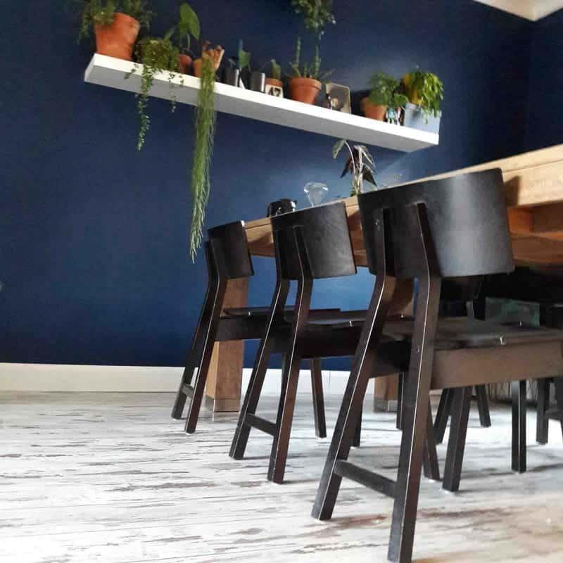 binnenkijken tafel blauwe muur