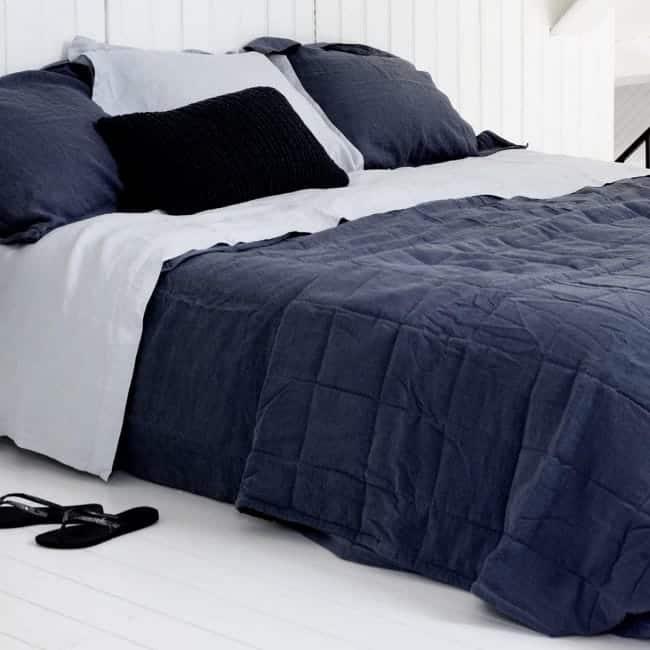 blauwe sprei linnen slaapkamer