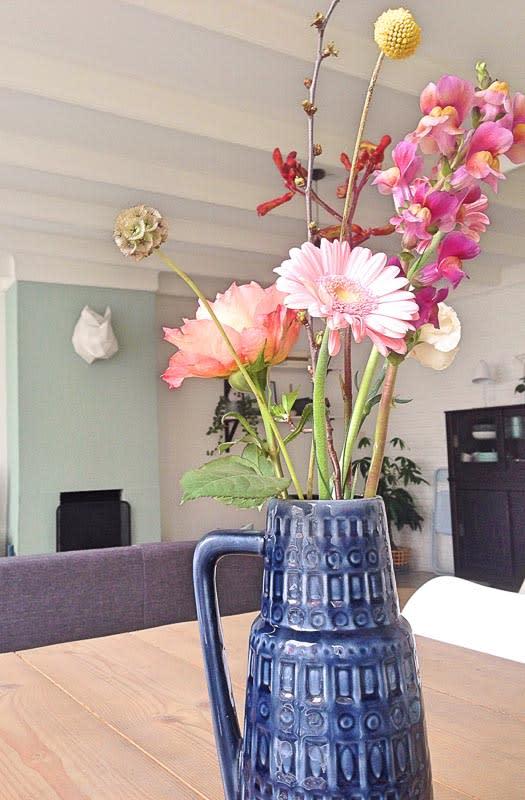 blauwe vaas bloemen