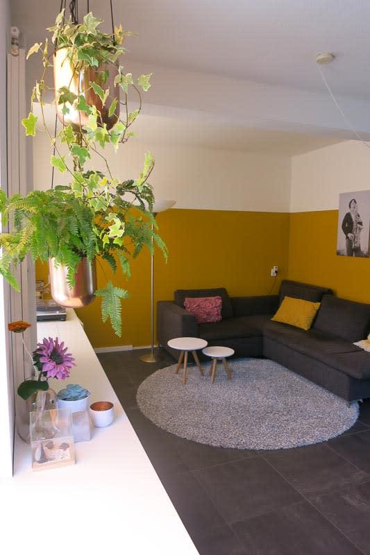 gele muur woonkamer