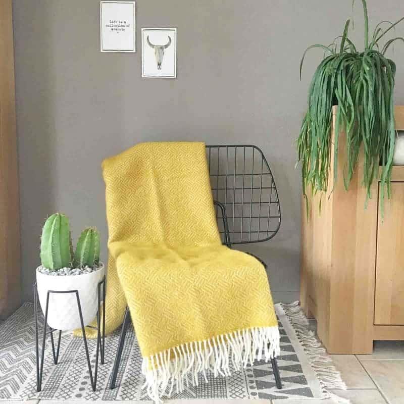 gele plaid stoel
