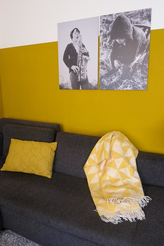 gele plaid in woonkamer