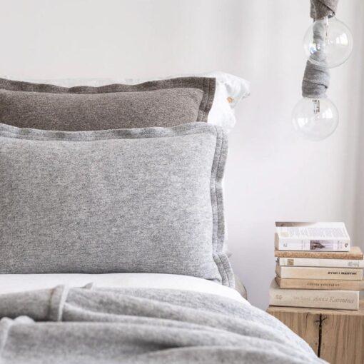 Kussen lichtgrijs langwerpig wol