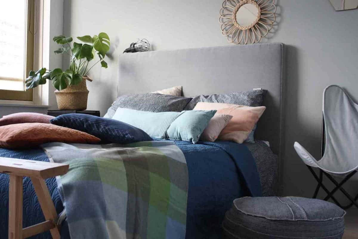 slaapkamer blauwe sprei groene plaid