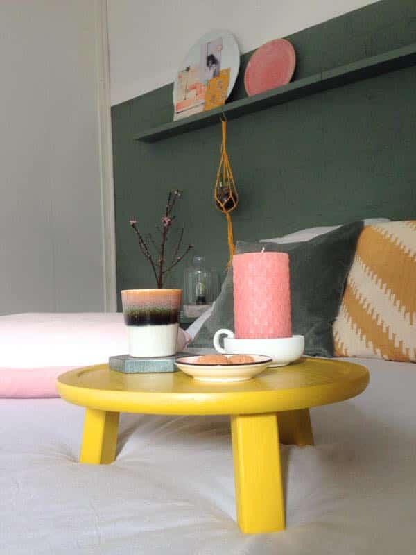 slaapkamer okergeel tafeltje