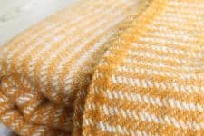 gele plaid klippan lamswol strepen