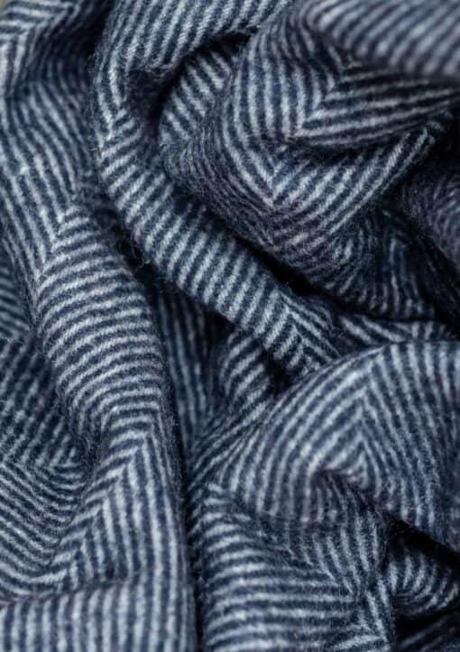 deken donkerblauw visgraat wol detail